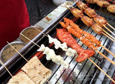烧烤伤肝,研究发现烟熏、烘烤后的食物,含有具有致癌作用的苯并芘