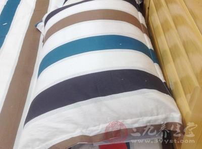 对于睡觉打呼噜的人来说,选择一个高度适当的枕头是很重要的