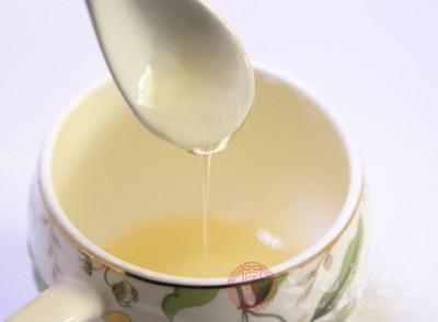 早晨喝杯蜂蜜水,一方面可补充水分,促进肠道蠕动