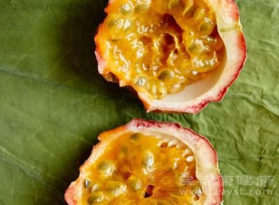 打开果子,刮下果肉和籽、冰块、适量蜂蜜