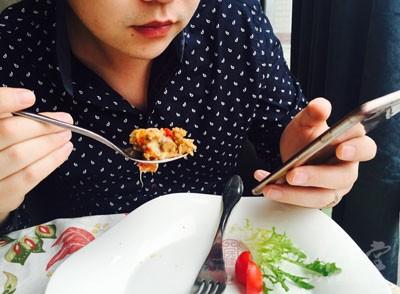 吃饭时要细嚼慢咽