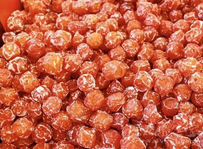 可以多吃酸性食物,如番茄、柠檬、草莓、乌梅、葡萄、山楂、菠萝、芒果、猕猴桃之类,它们的酸味能敛汗止泻祛湿,可预防流汗过多而耗气伤阴,且能生津解渴,健胃消食