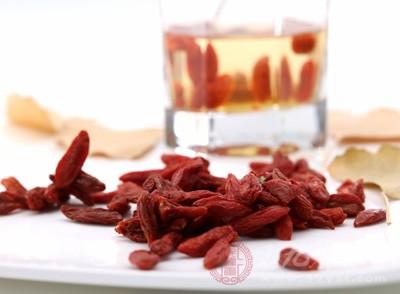 养生网枸杞子含有甜菜碱、胡萝卜素、多种不饱和脂肪酸