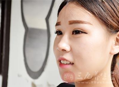 每每需要削骨的脸型简略因此下几种:大饼脸,颧骨向外凸起。国字脸,下颚骨角向外突出