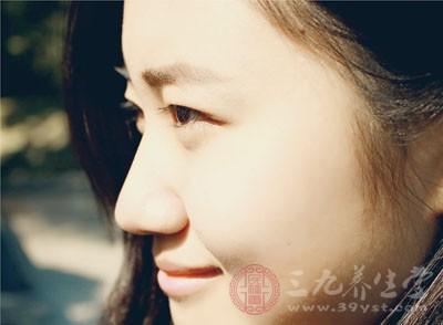 女人眼睛水肿的原因 眼睛肿胀做这事轻松消肿