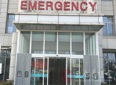 一家三口烧伤 医护人员开取暖器为烧伤者换药