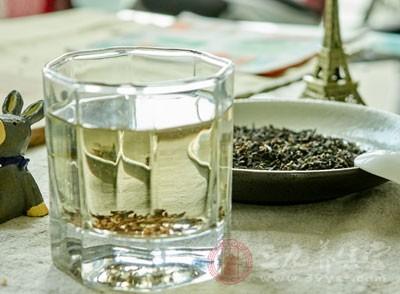 据实验证明,红茶中的茶多碱能吸附重金属和生物碱,并沉淀分解,这对饮水和食品受到工业污染的现代人而言,不啻是一项福音