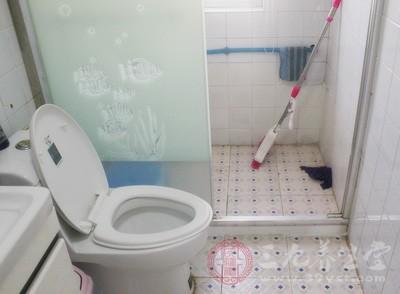 很多女性都会把卫生巾放在卫生间,认为这样使用方便。其实这样很容易让卫生巾受潮,从而繁衍霉菌