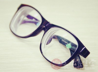 近视眼镜是什么透镜 戴眼镜要注意这些