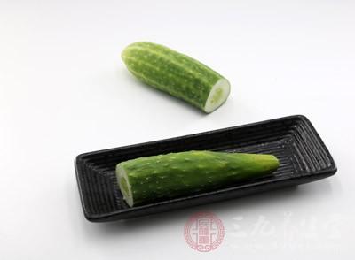 饮食上宜多食水果蔬菜,尤其是黄瓜、苦瓜、西瓜、梨、苹果、冰糖等