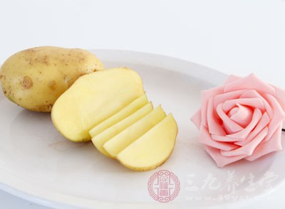 把土豆装入草袋、麻袋或装入垫纸的筐里,上面撒 一层干燥的沙土,放在阴凉、干燥处保存。就能延缓土豆的发芽
