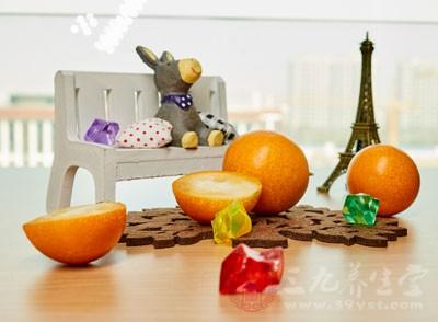 很多人喜欢吃金桔,酸酸甜甜的味道让人爱不释手,还有就是金桔中含有很多的维生素,我们长时间的吃金桔可以帮助我们增加防寒能力