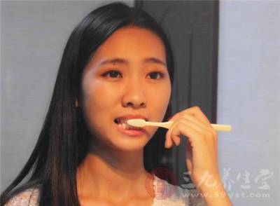 刷牙呕吐是为什么