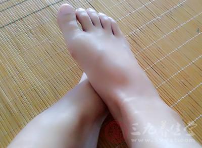 一般的情况下,潮湿的环境是会引起脚臭的情况出现的