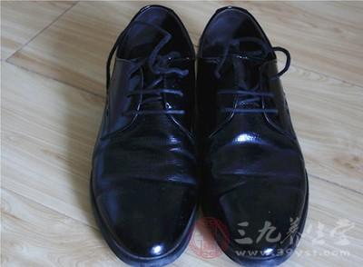 如果是一些不透气的鞋子的话