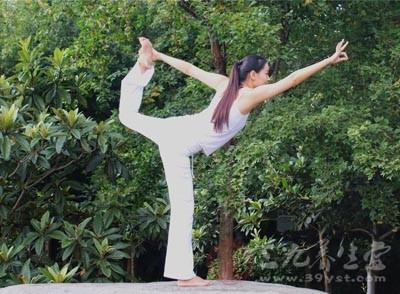 很多人都喜欢用瑜伽来健身