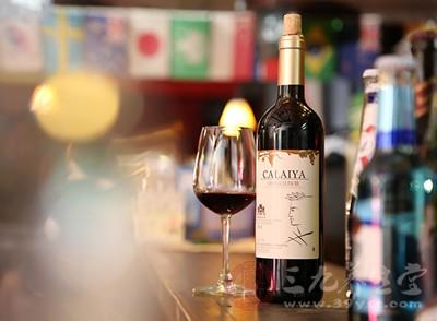 红酒很多的用到西餐的饮品中