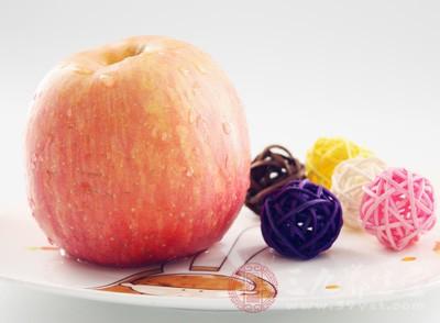 苹果是很常见的水果,它性温,当中富含苹果酸、鞣酸、维生素、果胶等