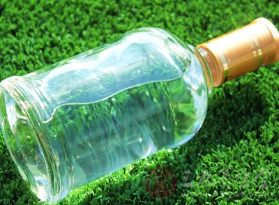 办案民警介绍,上世纪90年代末,季某就开始在广州做回收品牌废旧酒瓶的生意