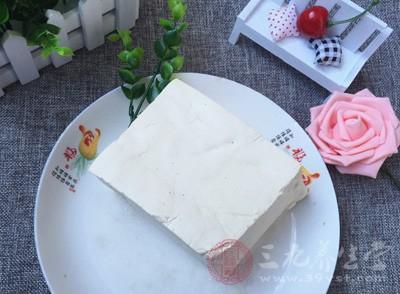 被告人余某开始在南昌市经营一豆腐作坊,并凭借经验在制作豆腐的过程中添加防腐剂