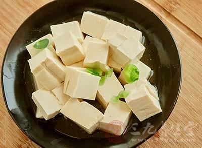 比如说豆腐、豌豆、花生、茭白等这些食物都有催奶的效果