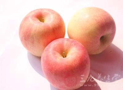 吃较多苹果的人远比不吃或少吃苹果的人感冒机率要低