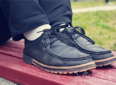 从鞋子磨损看健康状况 这种磨损要小心关节炎