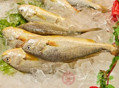 黄鱼一条(约250克),生姜一块