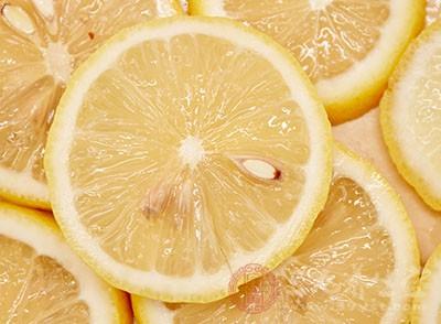 柠檬除了能够有减肥的功效,还能够消除皮肤色素沉着,起到了美白的作用