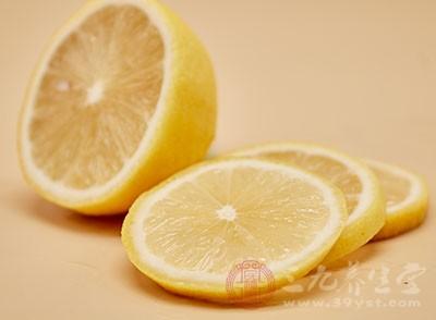 柠檬中含有丰富的柠檬酸,柠檬酸具有防止和消除皮肤色素沉着的作用