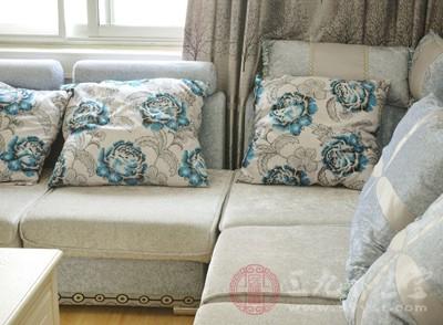 摆放沙发让客厅显得更大