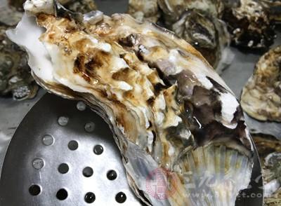 将生蚝清洗干净,之后烧开水,放到水中烫几下