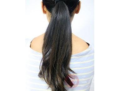 """在头发生成黑色素过程中缺乏一种重要的含有铜的""""酪氨酸酶""""。体内铜缺乏会影响这种酶的活性,使头发变黄"""
