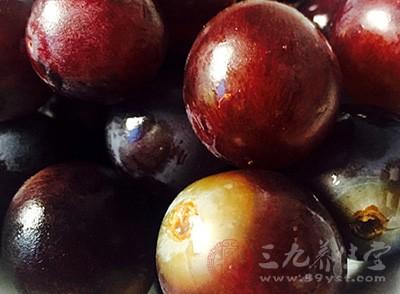 葡萄的表皮會有殘留的污物,在吃的過程當中,難免會接觸葡萄皮