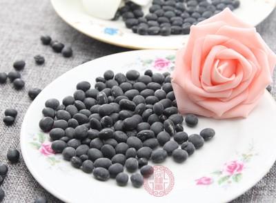 大豆是高蛋白食物,黑大豆当中的蛋白质含量是很高的
