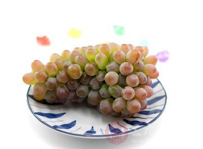 葡萄中含有铁元素,能够帮助女性补血