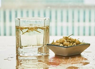 而茶中含有30%以上的鞣酸,这在肠道中易同铁离子结合