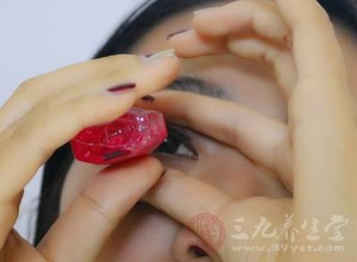 戴隐形眼镜的人常常会靠这类的眼药水来保护眼睛