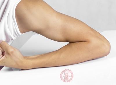 腋下毛囊丰富,但是也容易藏污纳垢,导致毛囊发炎