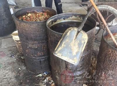 安徽六安查处地沟油黑作坊 竟然隐藏在养猪场