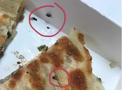千秋膳房葱油饼竟有切碎蟑螂