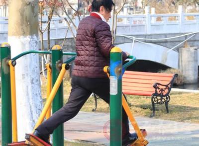 冬季锻炼也不可少,适量的运动可增强身体抵抗力来抵挡疾病的侵袭