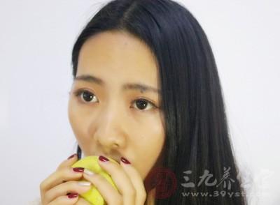 在晚上适当的吃一点水果是不会胖的