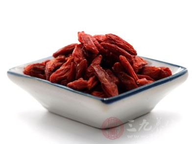 枸杞子,核桃,龙眼肉,大枣,桑葚,当归,鸡血藤,生姜,鸡肉或者羊肉煲汤,汤水具有温肾助阳,填精养血之用,多吃补气暖身的食物