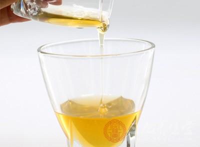 蜂蜜有很好的止咳润滑功效,很多老一辈的人都知道这个办法