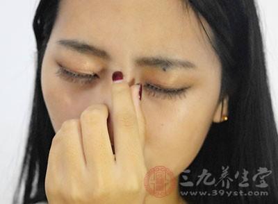 影响鼻腔的生理功能,呼吸障碍,引发血氧浓度降低