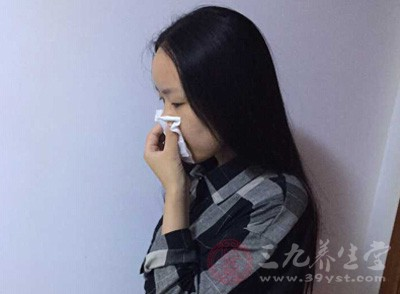 只要用棉花抵住这里就可以有效控制鼻子出血