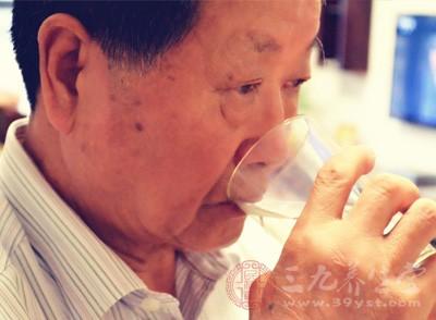 老人喝水 每天喝好三杯水能养生