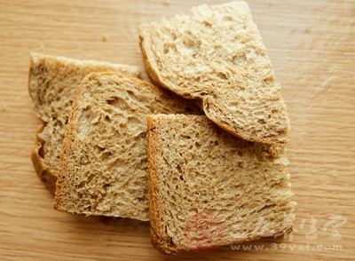 没有想到孩子吃面包的时候还很正常,没过多久,孩子就发出剧烈的咳嗽声音