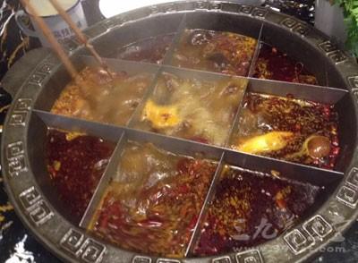 吃火锅竟然吃出创口贴 秋季火锅吃多了好吗